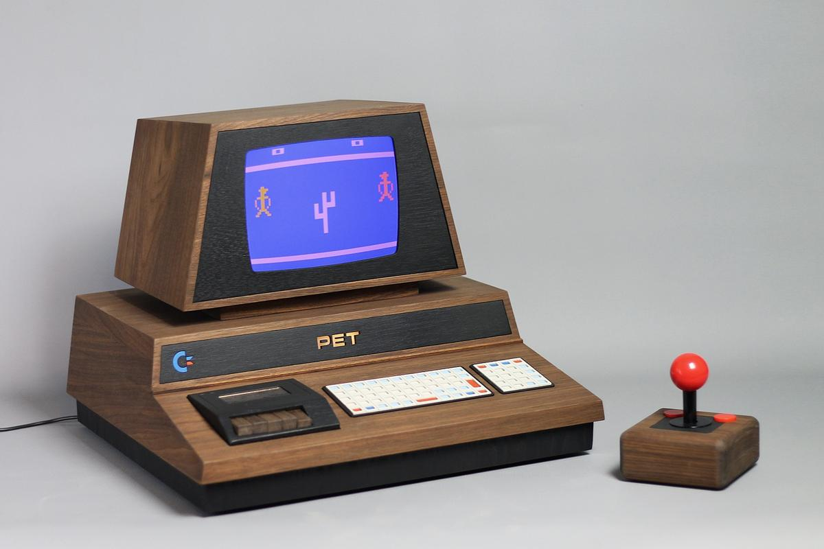 Wonderful in wood: The metal box of the original PET 2001 computer has been replaced by Americanwalnut