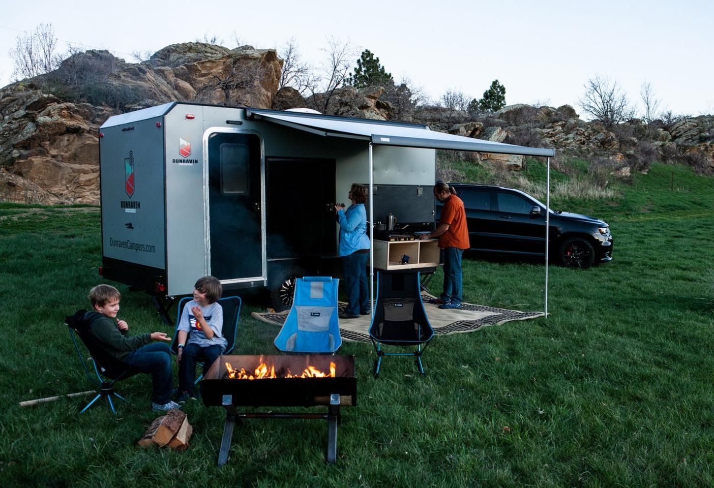 Dunraven은 온 가족을위한 간단하고 컴팩트 한 캠핑 트레일러를 제공합니다.
