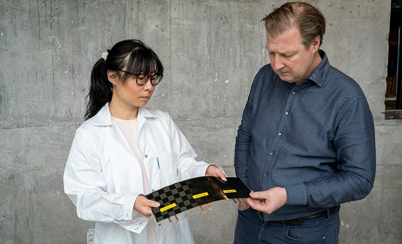 "Study authors Johanna Xu and Leif Asp with their new ""massless"" battery"