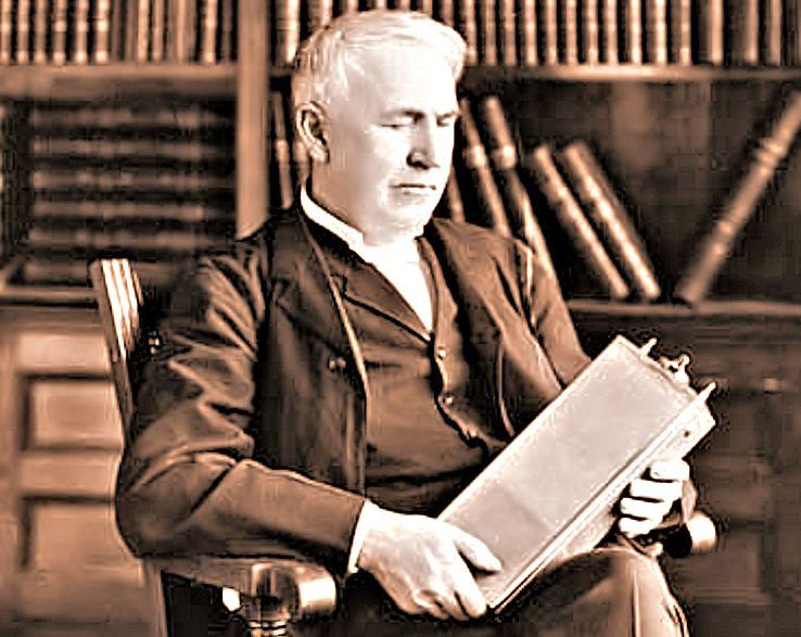 Thomas Edison with his nickel-iron rechargeable battery in 1910 (Photo: Smithsonian)