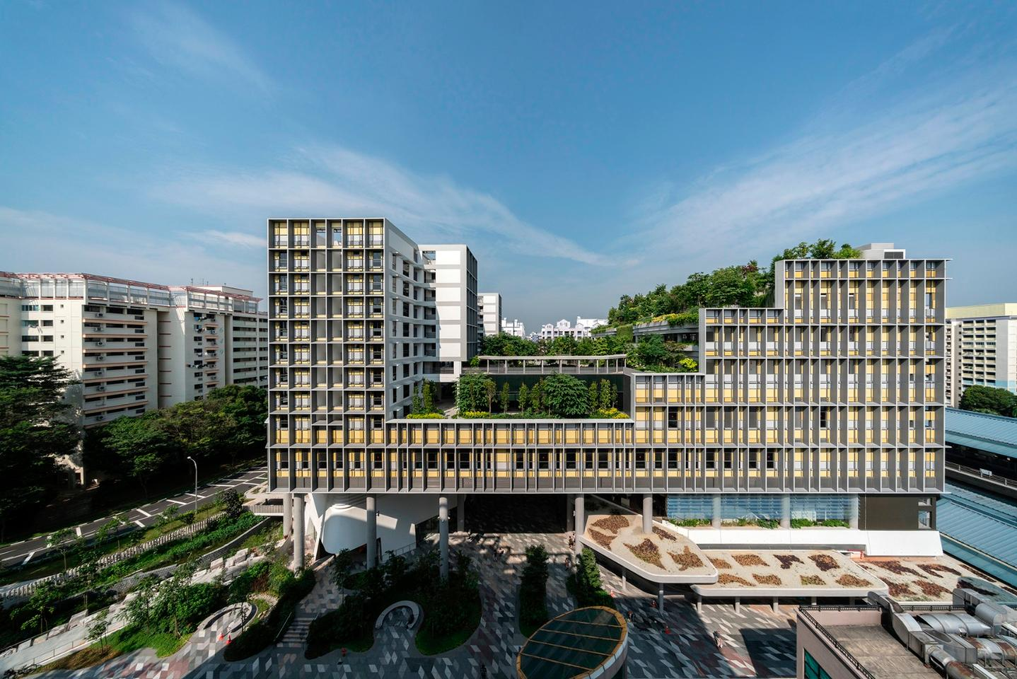 The Kampung Admiralty is located on a 0.9 hectare (2.2 acre) site that was previously a underutilized space between residential towers