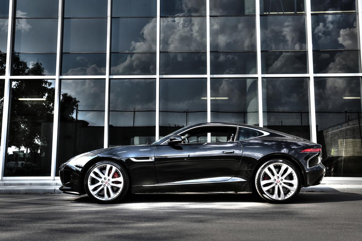 The Jaguar's long fast roofline, running from the base of the windshield to the tail is only made more powerful by the cat's big raucous, rising fender treatments and tapered, narrowing cabin (Photo: Angus MacKenzie/Gizmag.com)