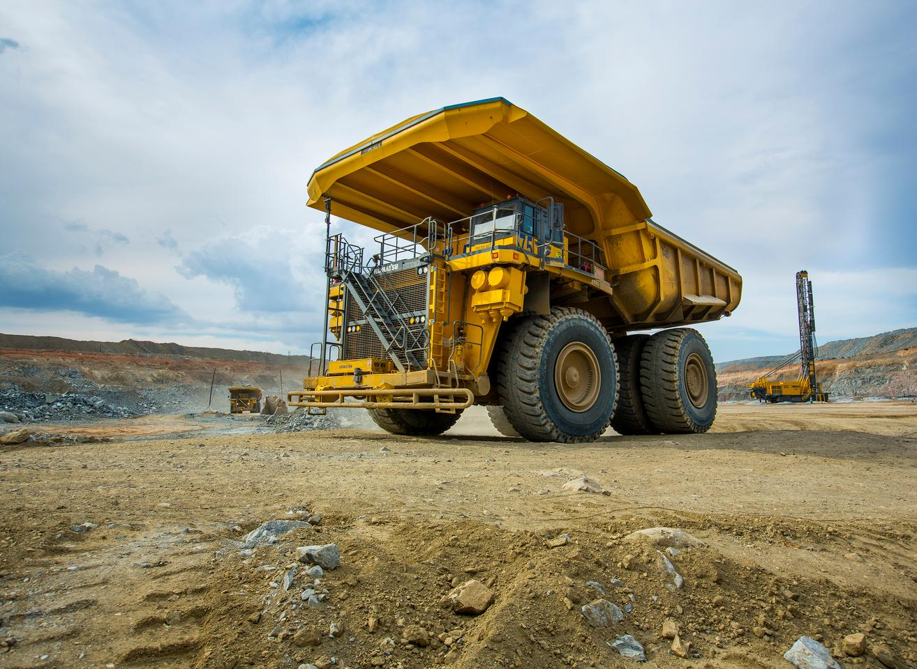 A step toward carbon-neutral mining: this giant mining truck will use a 1,000-kWh battery and a hydrogen fuel cell