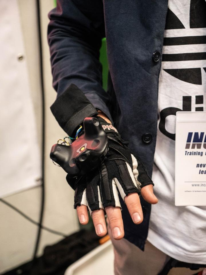 Prototype gloves track how much your fingers curl