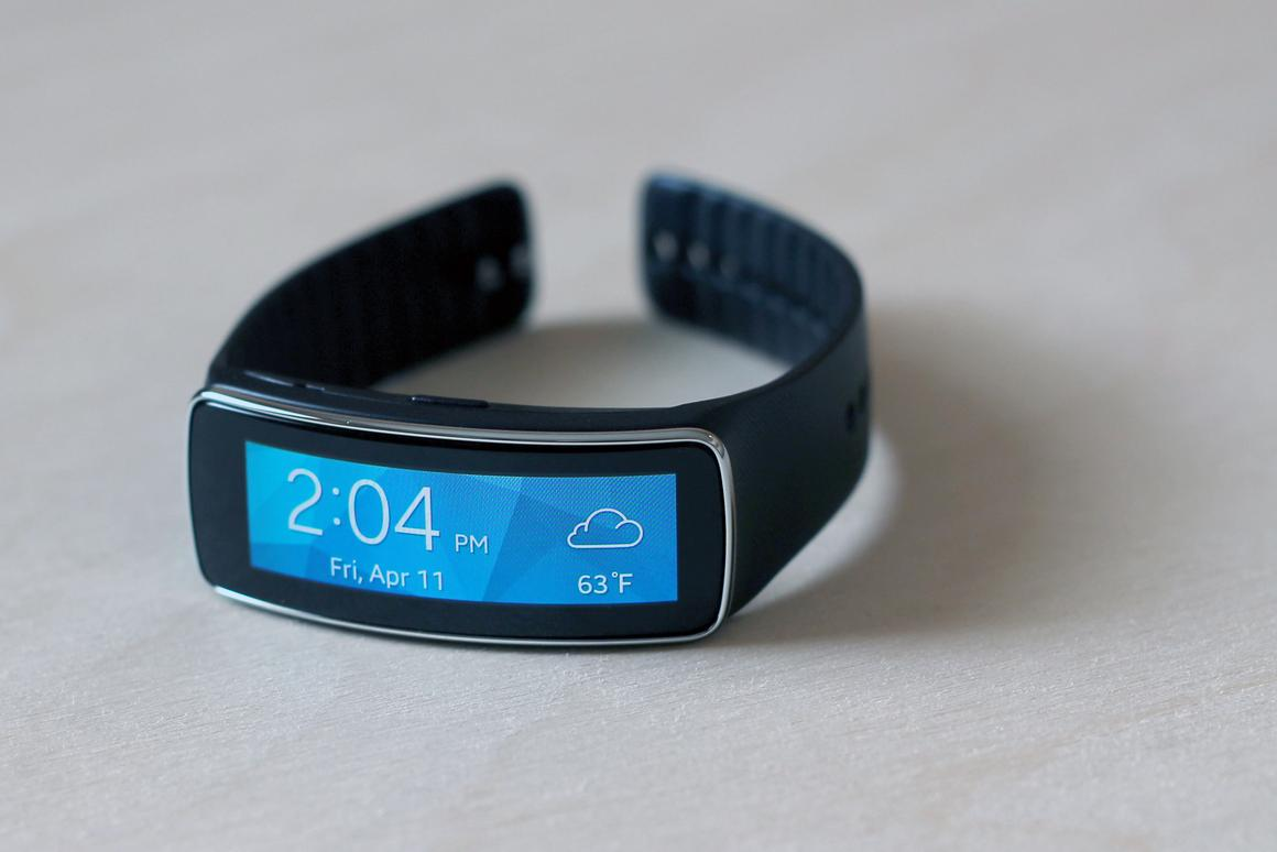 Gizmag takes an early look at the Samsung Gear Fit, a fitness tracker with a few smartwatch features thrown in