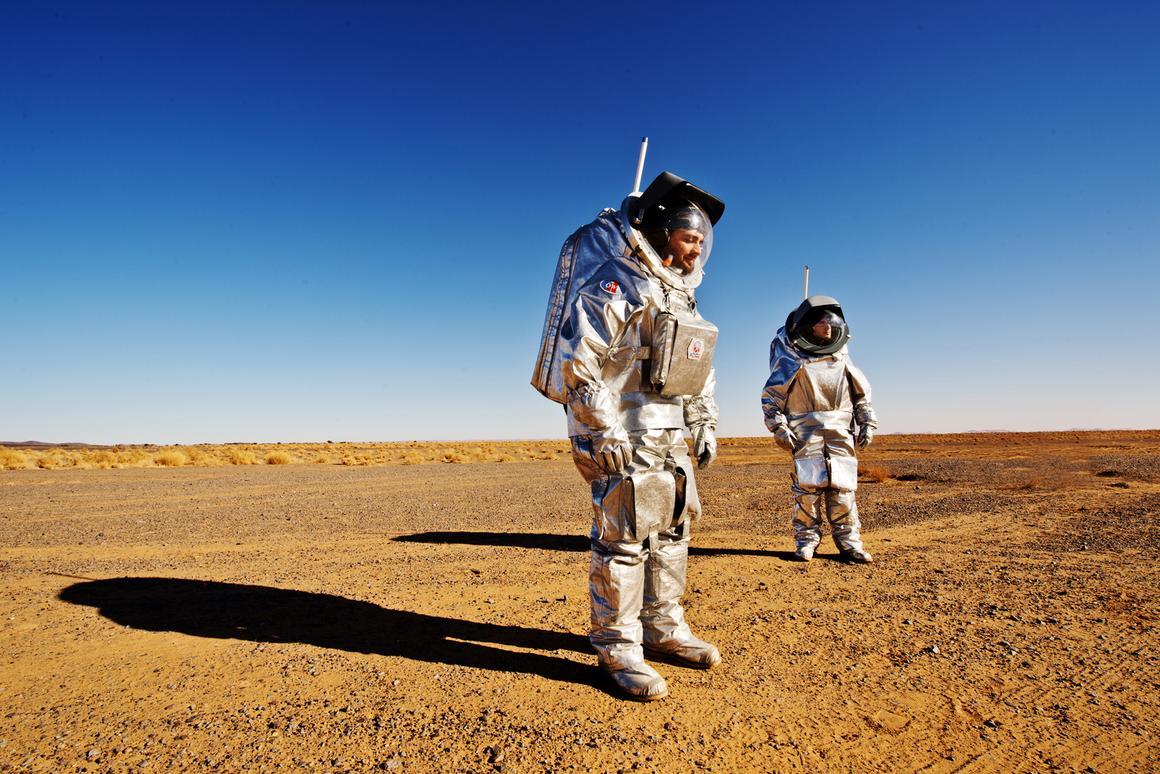 Astronauts in spacesuit simulators (Image: OeWF (Katja Zanella-Kux))