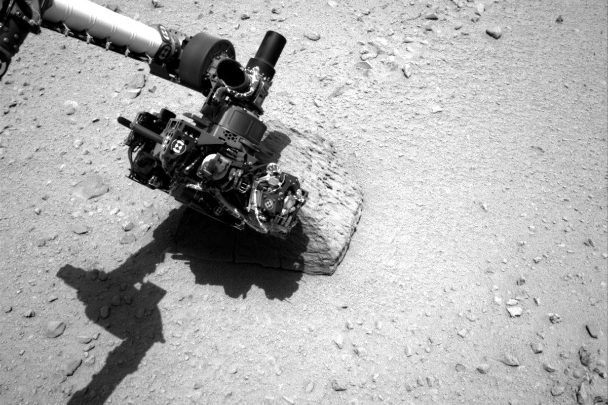 "Curiosity's robot arm touches the rock ""Jake Matijevic"" (Photo: NASA/JPL-Caltech)"
