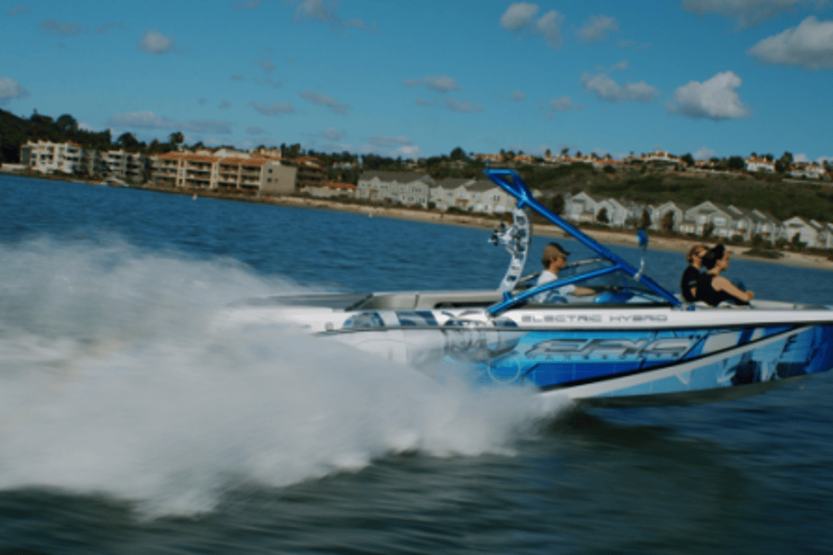 EPIC 23E electric hybrid sports boat