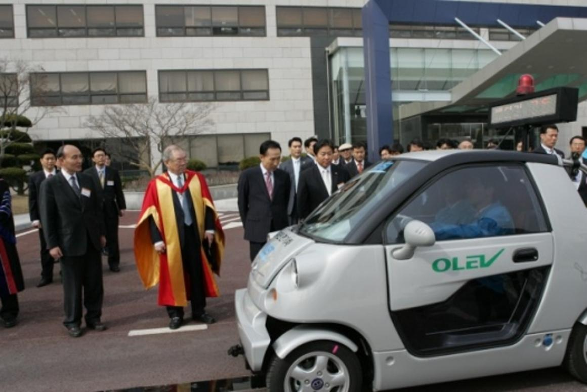KAIST Online Electric Vehicle uses non-contact magnetic charging to draw its power needs from beneath the surface of the road