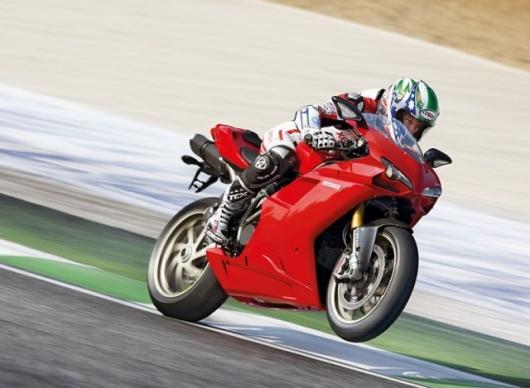 Troy Bayliss thrashes the 2009 Ducati 1198S