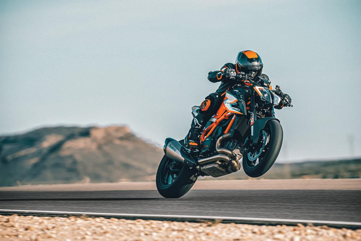I did not find a speed from which it was not possible to launch a wheelie on the original 1290 Super Duke R. The new RR will surely be even more willing to party