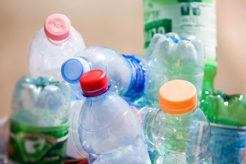 플라스틱 병은 엄청난 폐기물의 원천이지만 과학자들은이를 차세대 배터리에 사용할 수있는 방법을 발견했을 수 있습니다.