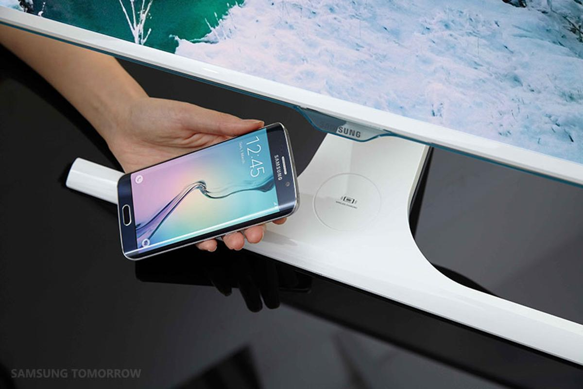 Wirelessly charging a Galaxy S6 edge with Samsung's new monitor