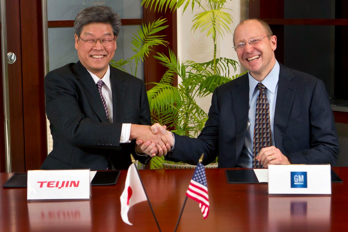 Teijin Senior Managing Director Norio Kamei (left) and GM Vice Chairman Steve Girsky shake hands after signing the carbon fiber deal (Photo by Jeffrey Sauger for General Motors)