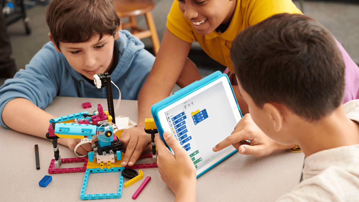 Students will be able to program their Spike Prime creations using a farg-and-drop coding platform based on Scratch