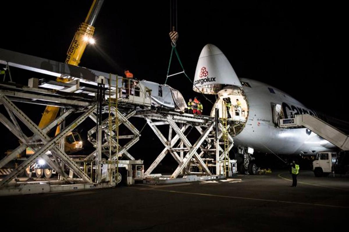The HB-SIA solar-powered aircraft's fuselage being loaded aboard a Boeing 747 in Payerne, Switzerland
