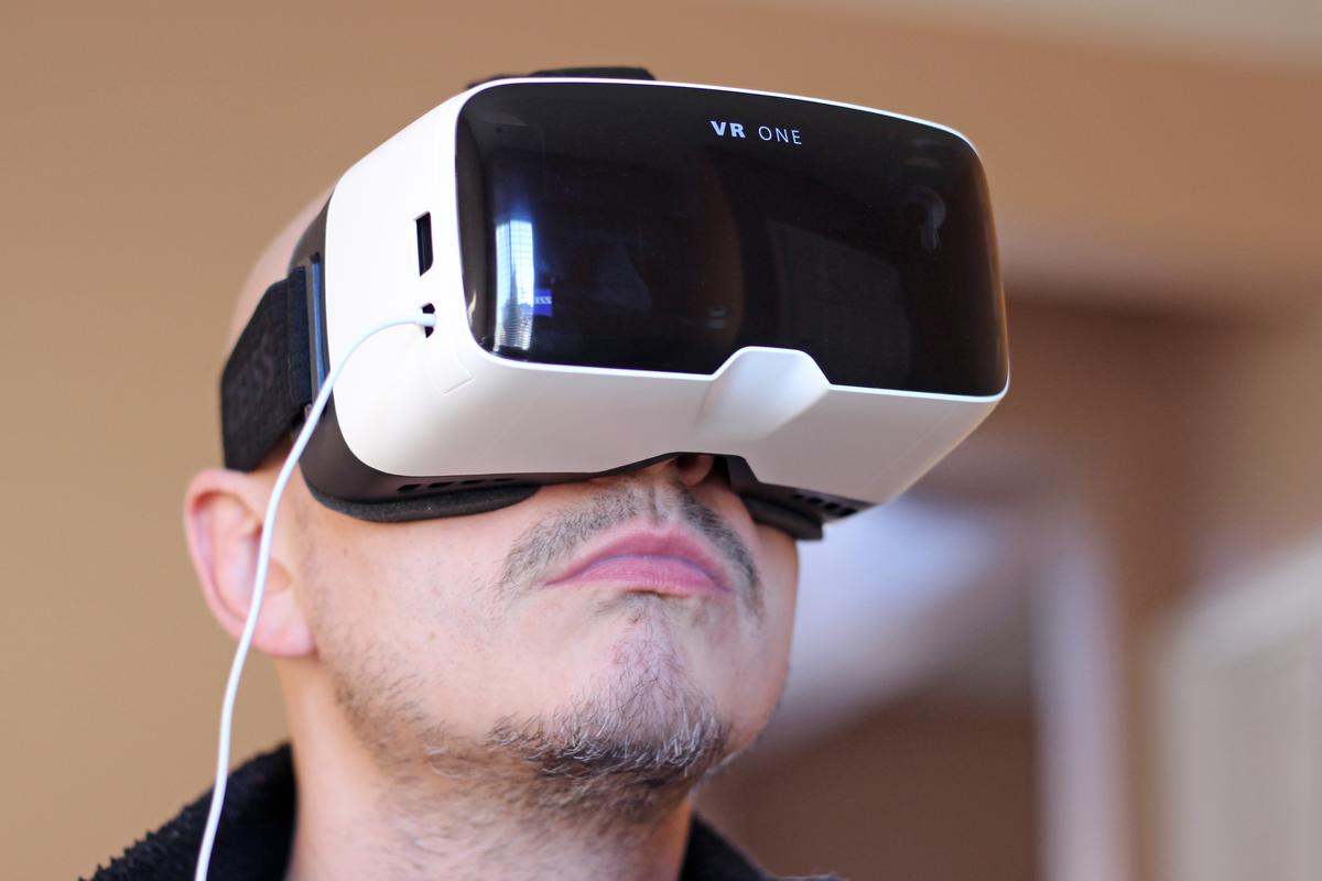 Gizmag reviews the Zeiss VR One, a virtual reality headset with a slide-out tray for the iPhone 6 (Photo: Will Shanklin/Gizmag.com)