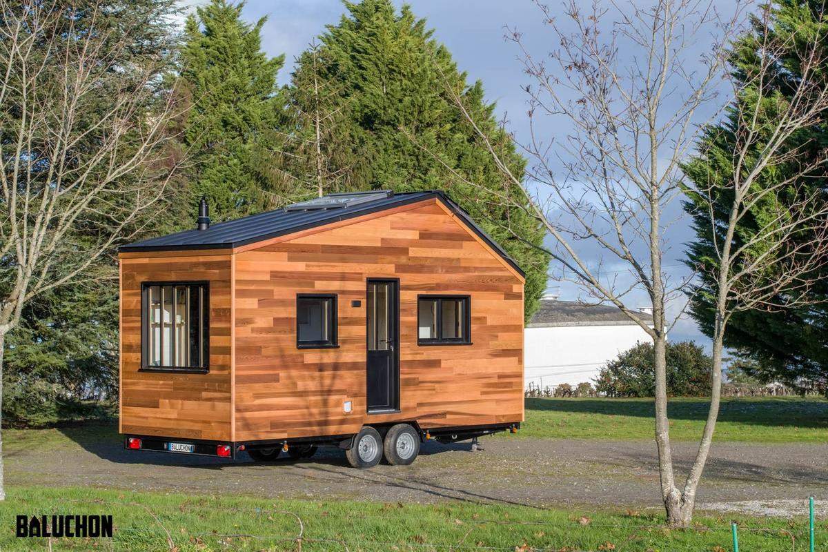 Tiny House Nottingham is based on a double-axle trailer and finished in cedar
