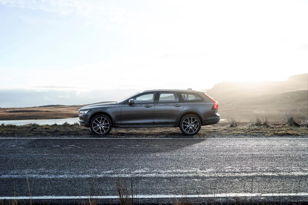 Volvo introduces the V90 Cross Country
