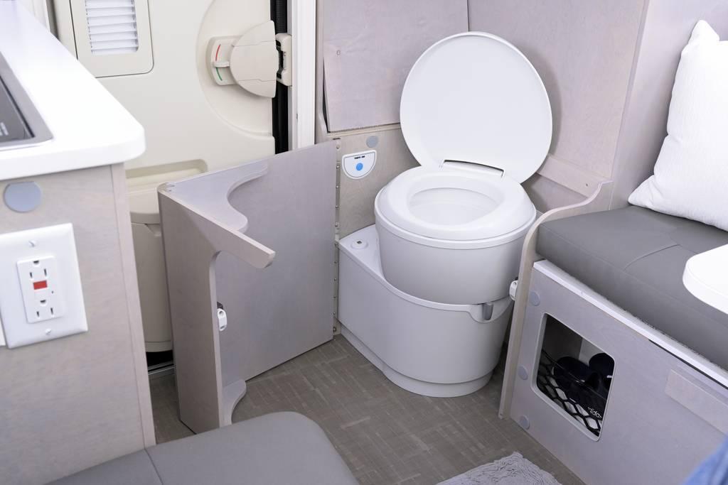 ... mit einer darunter versteckten Toilette