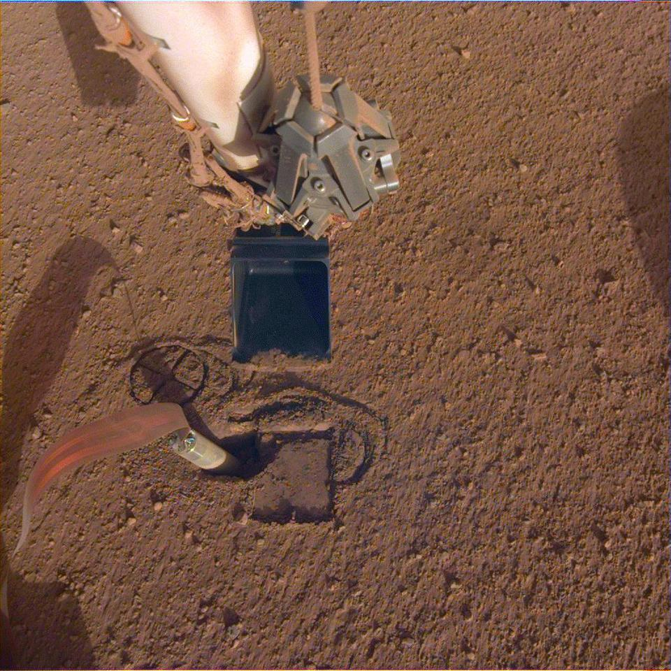"""NASA InSight's robotic arm will use its scoop to pin the spacecraft's heat probe or """"mole"""""""