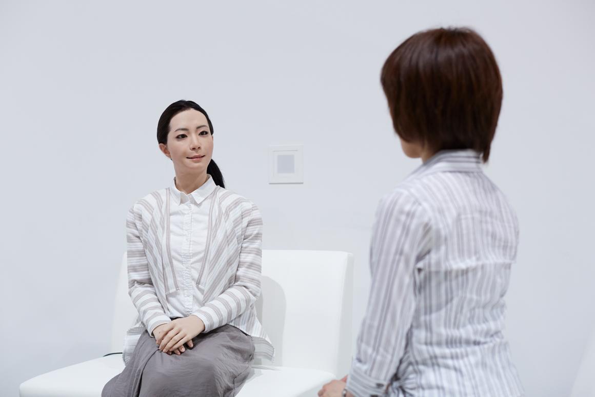 Otonaroid interacts with the public face-to-face (Photo: Miraikan)