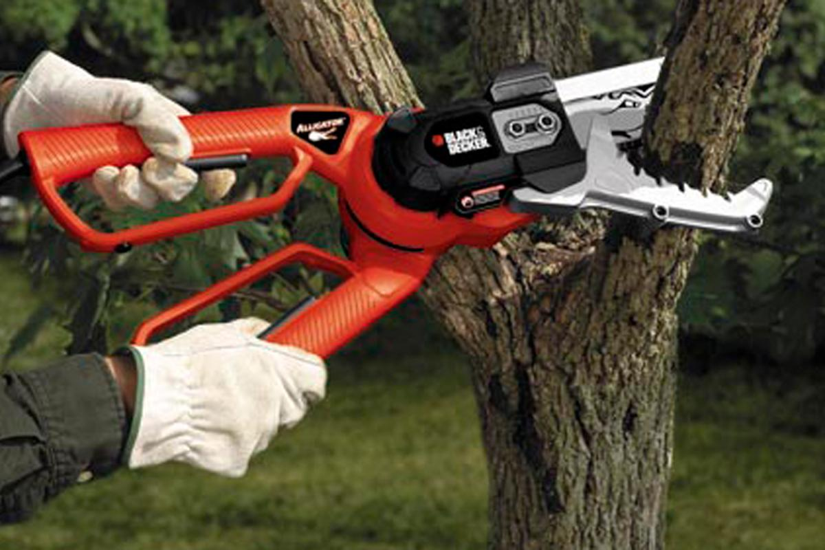 The Black & Decker Alligator Lopper LP1000 makes light work of branches and logs up to 4 inches in diameter