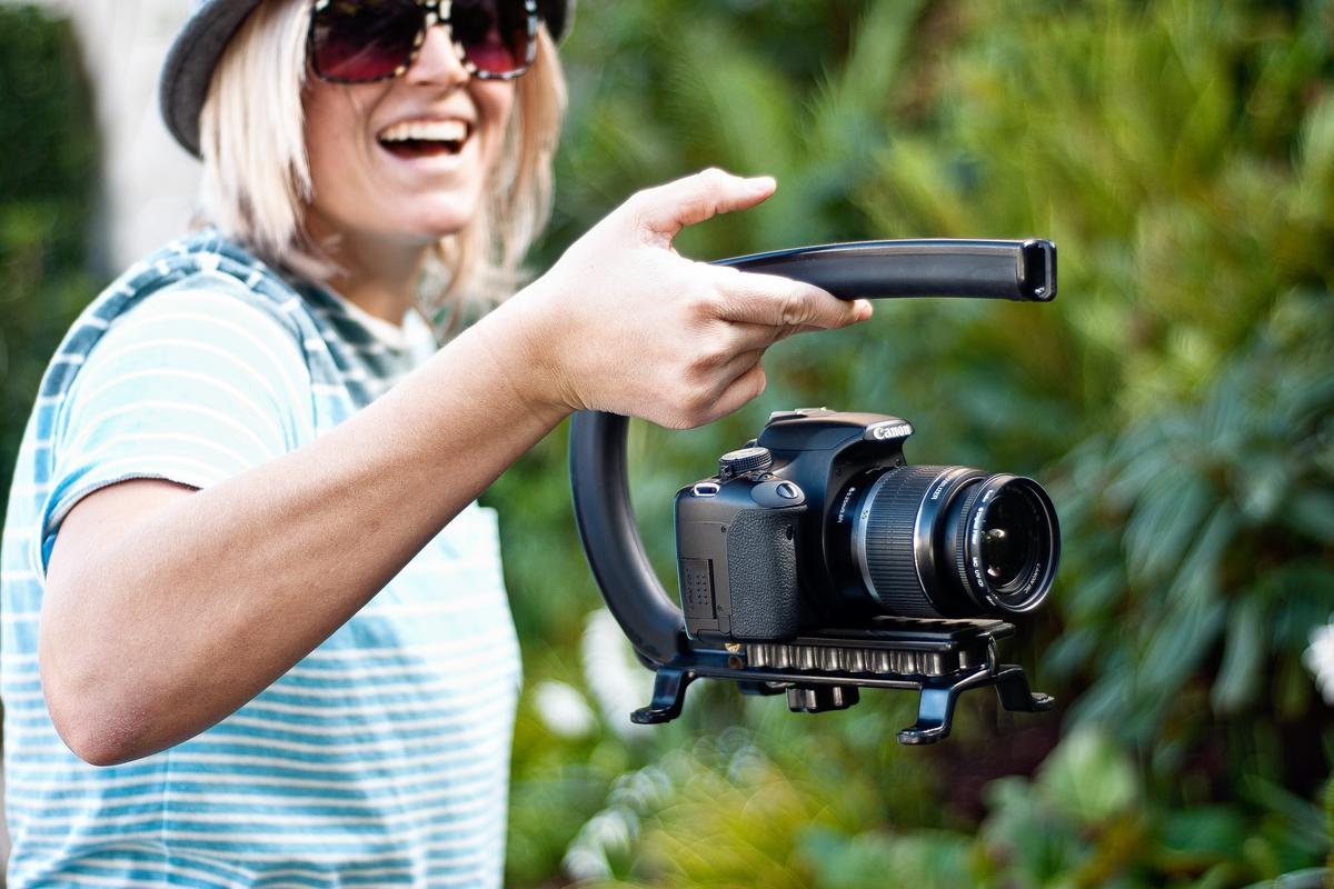 The Cam Caddie Scorpion is a handheld stabilizing mount for DSLRs and HD camcorders (Photo: Photojojo)