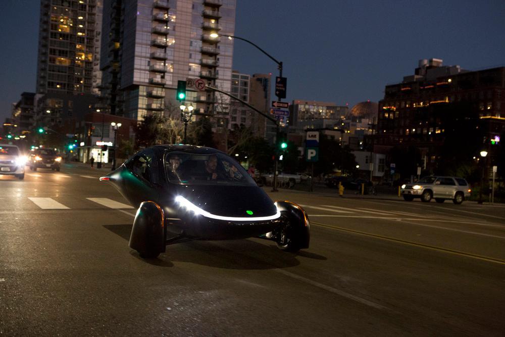 Il prototipo di Aptera colpisce le strade ... Di notte. Quando non c'è il sole. Sospettiamo che questo prototipo non abbia i pannelli solari su di esso