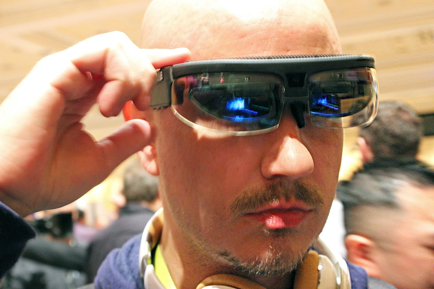 We try on one of the most sci-fi-like products we've ever used (Photo: Will Shanklin/Gizmag.com)
