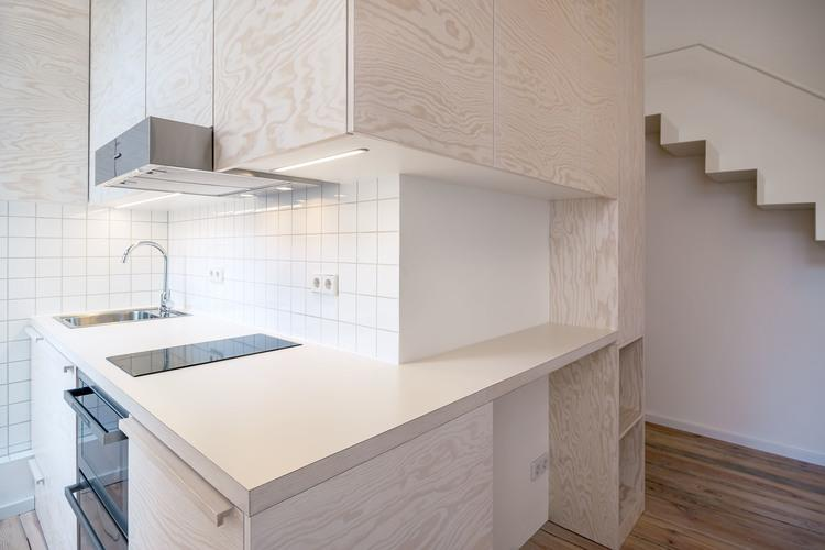 The Micro-Apartment Moabit has compact kitchen fittings (Photo: Ringo Paulusch)