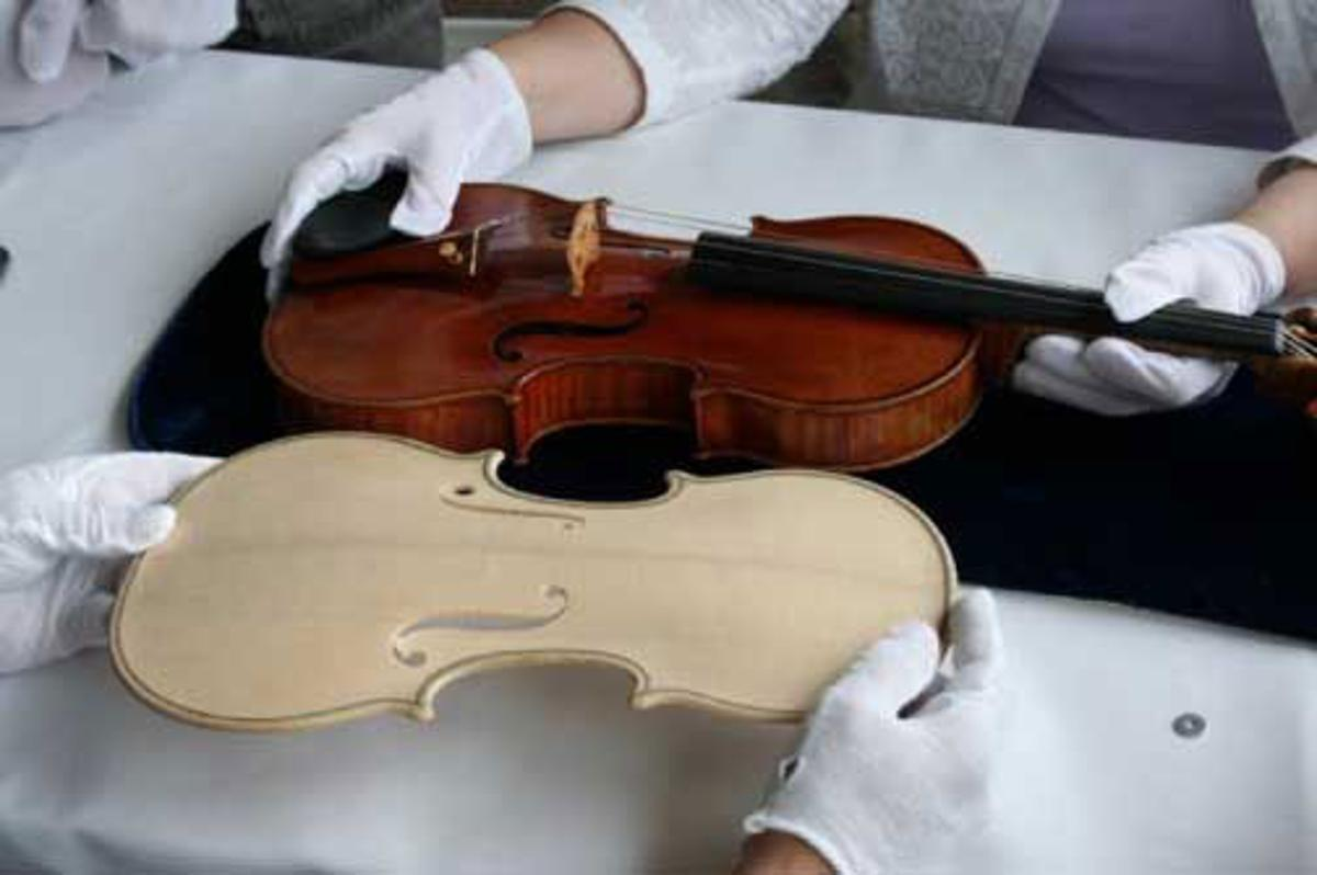 Photograph comparing the original Stradivari Betts violin with the carved plate of the reproduction. (Photo: RSNA)