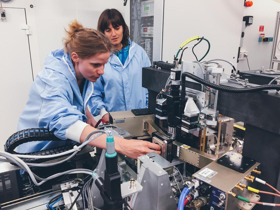 Ines Schreiver, first author (German Federal Institute for Risk Assessment (BfR), Berlin, Germany), with Julie Villanova, ESRF scientist during experiments at the ESRF ID16B beamline