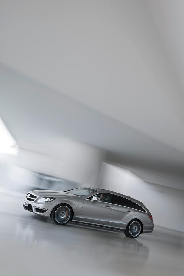 The Mercedes-Benz CLS 63 AMG Shooting Brake boasts an AMG 5.5-liter V8 biturbo engine outputting 386 kW (525 hp) and delivering 700 Nm of torque