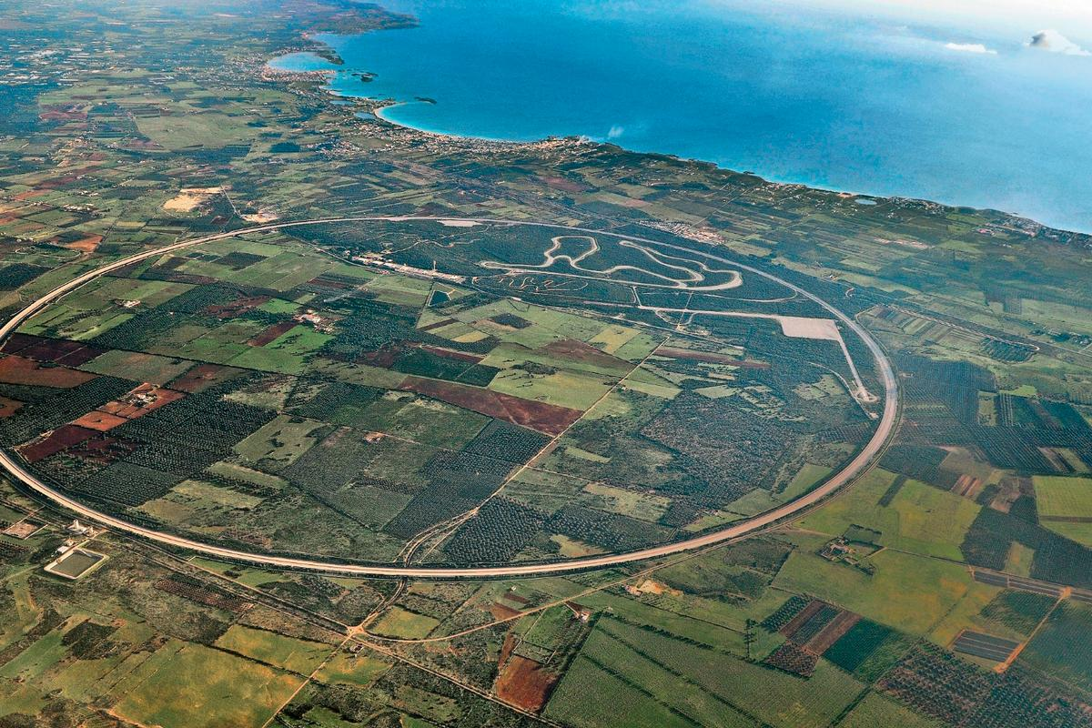 Nardò is one of the few test tracks in the world suitable for extreme speeds, with the outer lane suitable for speeds of 240 km/h with no steering input required due to the camber