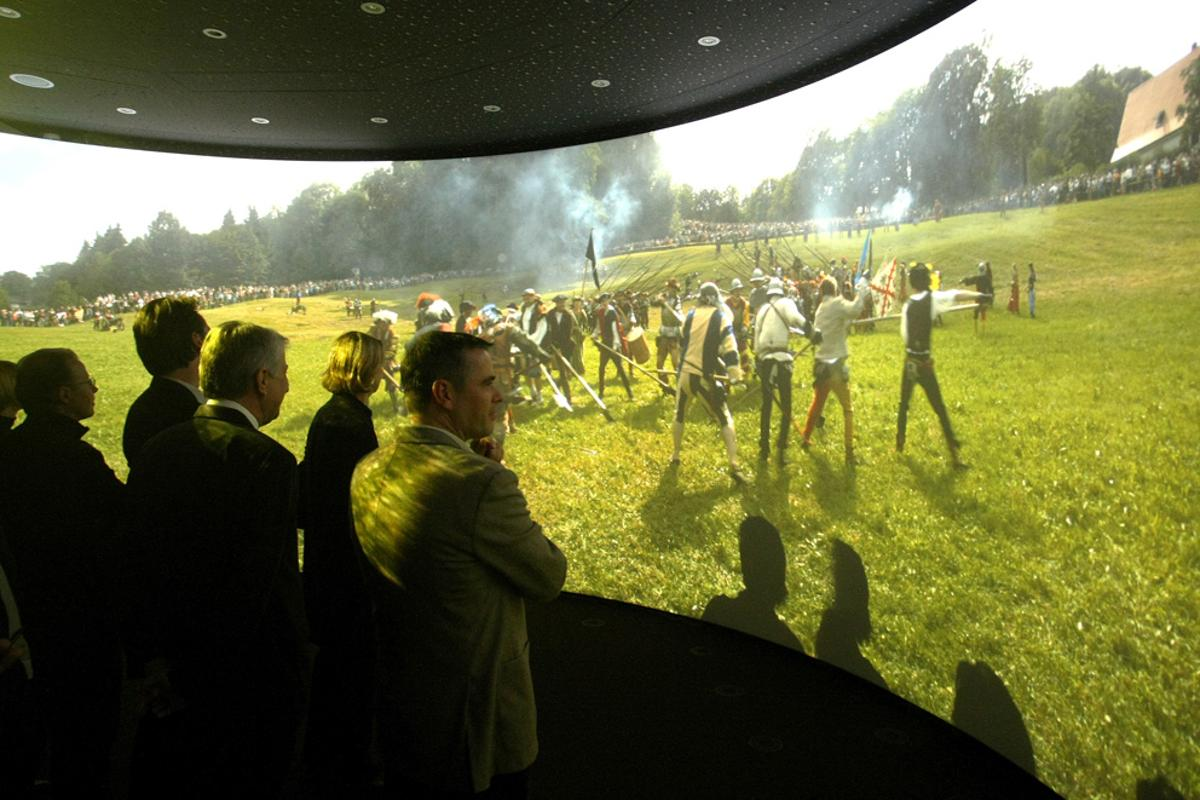 HHi TIME's panoramic screen brings ultra-high resolution and advanced sound technique for a truly immersive viewing experience