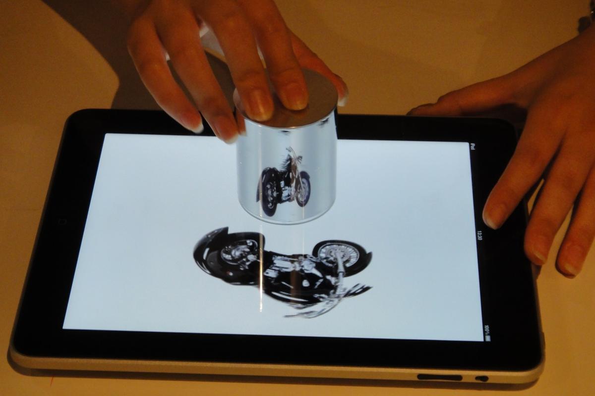 iPad anamorphicon with 3D display device (Photo: DigInfo)