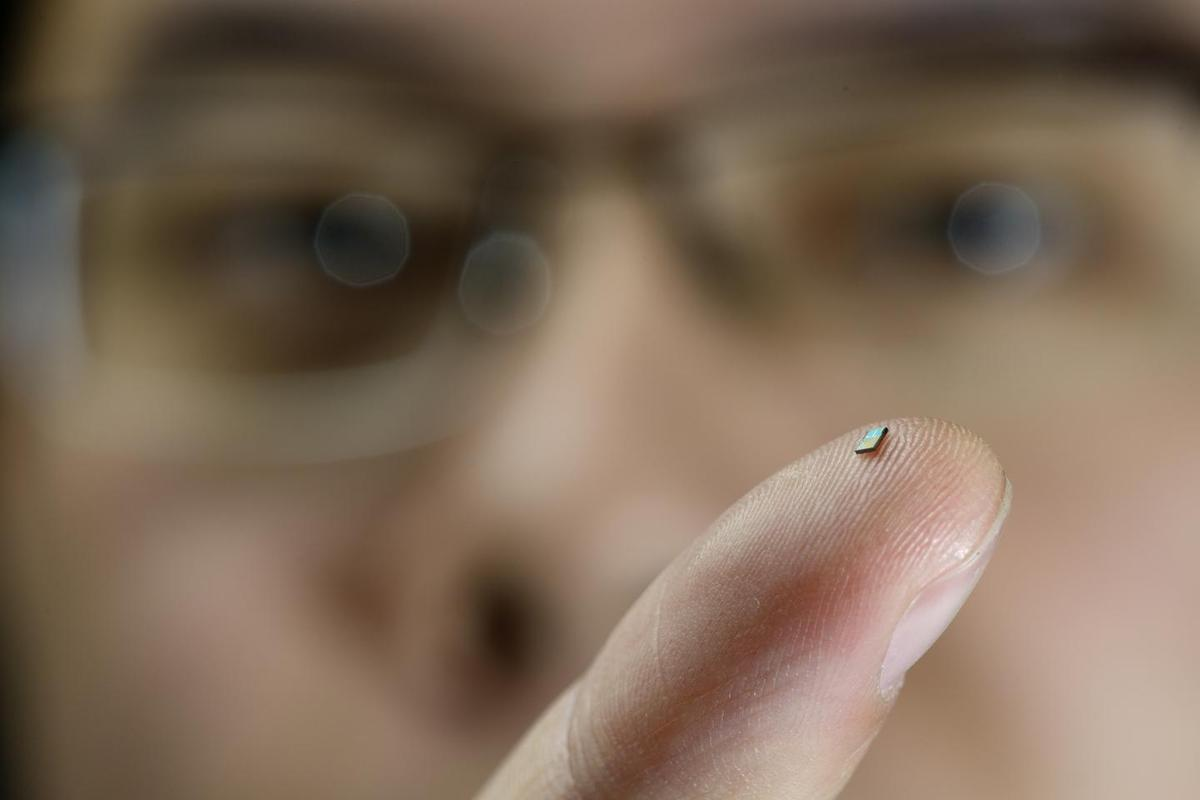 The tiny temperature sensor on the finger of PhD-student Hao Gao