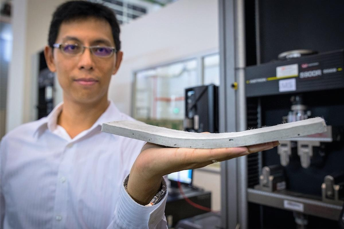 Prof. Yang En-Hua with a sample of the ConFlexPave