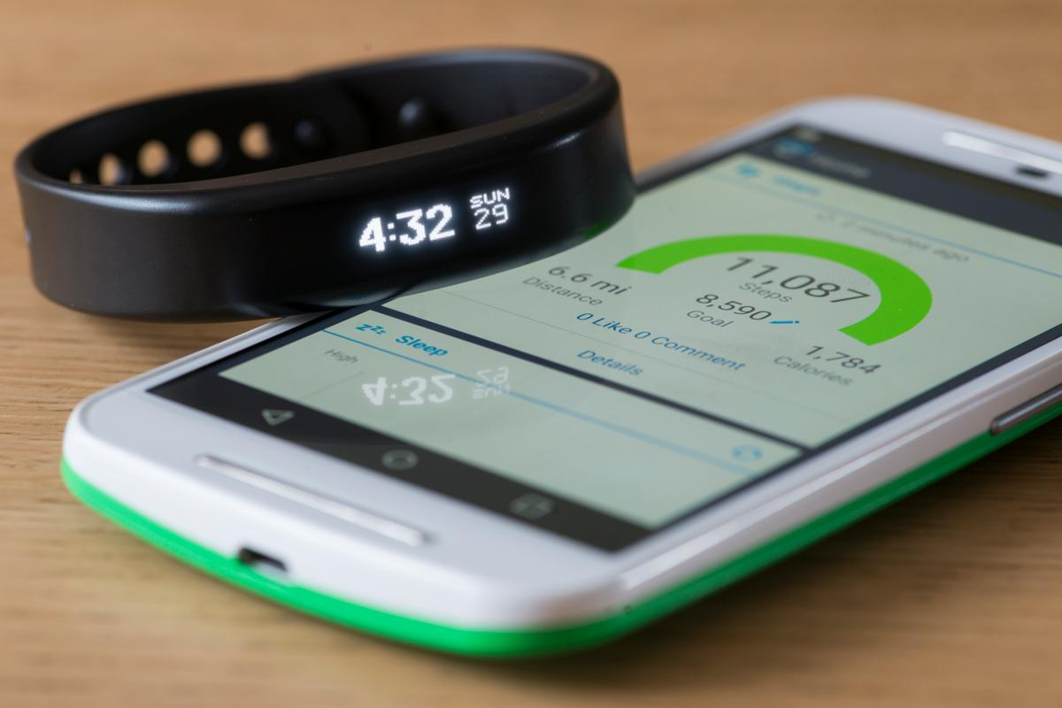 Gizmag reviews the Garmin Vivosmart fitness tracker band (Photo: Simon Crisp/Gizmag.com)