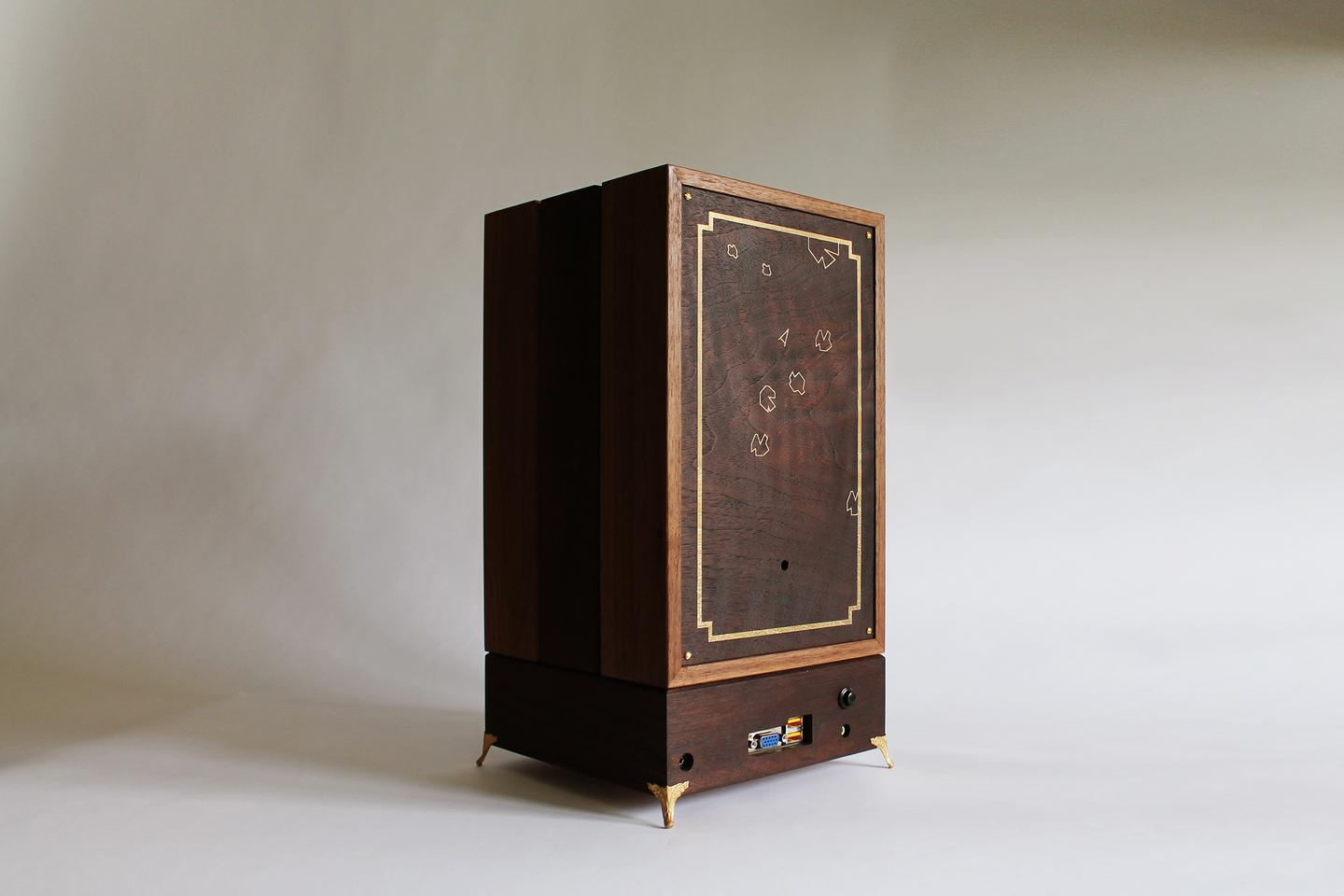When not in use, R-Kaid-42 can be assembled into a box which looks vaguely like an old-fashioned radio