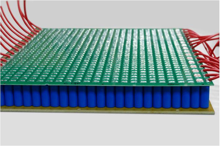 Toomen power capacitors arranged into a rack-mountable sandwich
