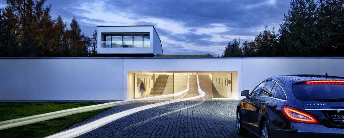 Autofamily House bears more than a little resemblance to a suburban version of Batman's Batcave (Photo: Juliusz Sokołowski)