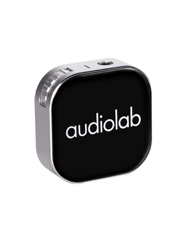 The M-DAC Nano features a64-step rotary volume dial whichhas a press function that pauses/skips playback