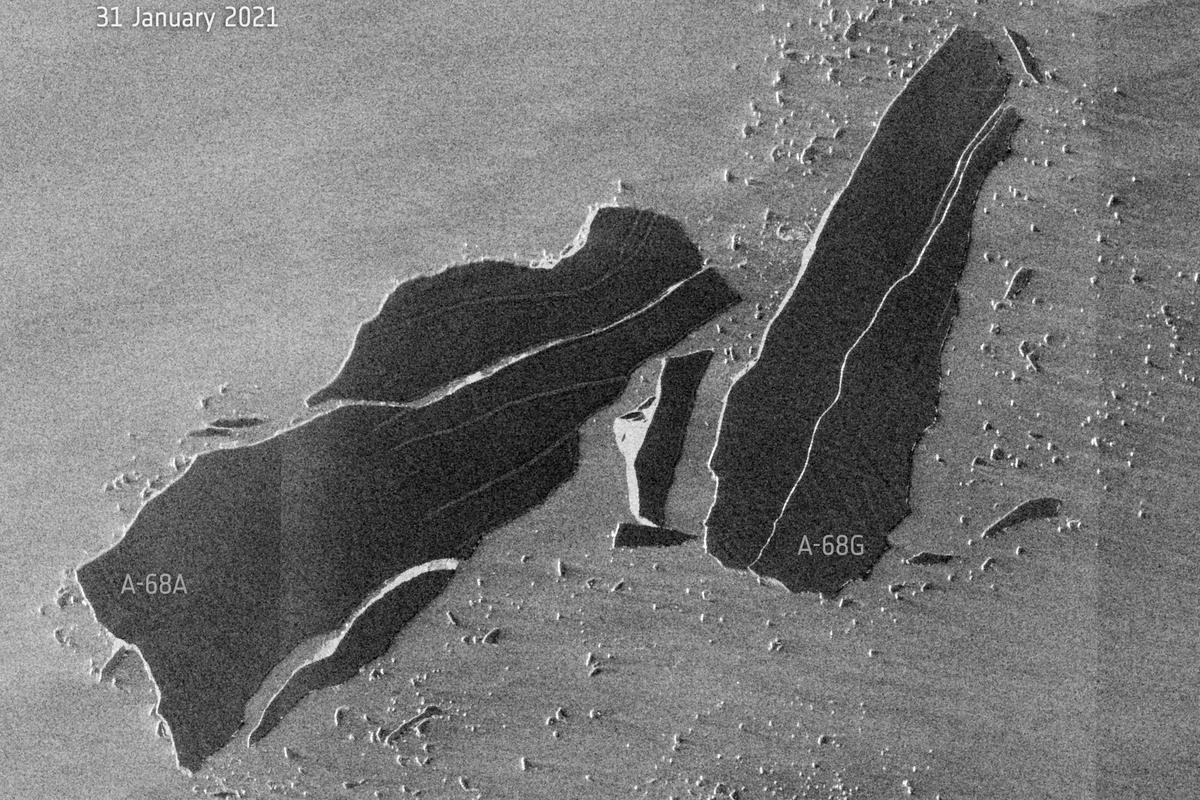 A-68a (left) and the calved berg A-68g (right)
