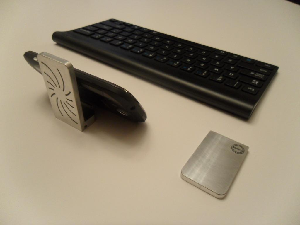 Capta can be used as a desktop smartphone stand, by simply leaning the phone against it