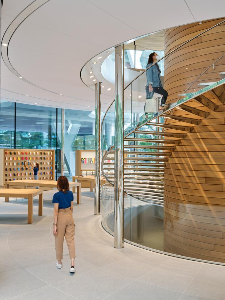 Apple Central World features a spiral staircase to move between its two main floor (an elevator is also installed for accessibility)