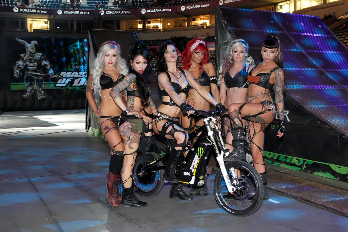 The ladies of the Masters of Dirt 2013 pose with the EMX