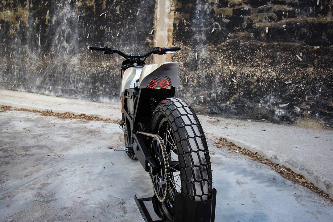 "Colt Wrangler customZero XU flat tracker: rear wheel has been rebuiit as a 19"""