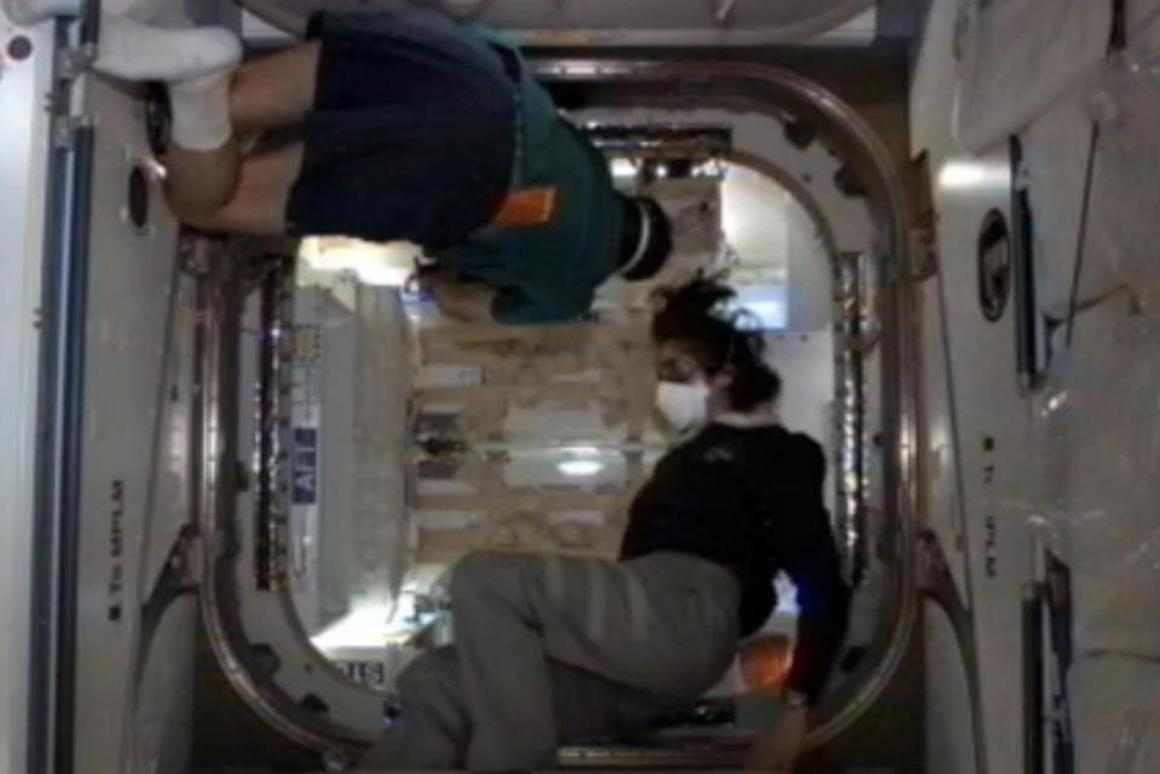 The ISS crew looking inside the Dragon capsule (Photo: NASA)